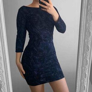 Mörkblå kort glittrig festklänning från zara storlek S i fint skick.  Möts upp i Stockholm eller fraktar. Frakt kostar 59kr extra, postar med videobevis/bildbevis. Jag garanterar en snabb pålitlig affär!✨