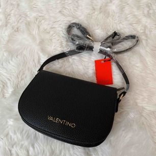 Väska från Mario Valentino. Helt ny! Säljs för 400. Frakt tillkommer. Kan hämtas i Lund.