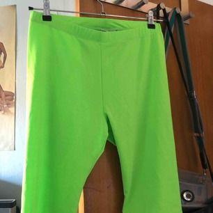 Fina cykelbyxor i neon grön färg! Supersnygga men tyvärr lite för genomskinliga för min smak. Strlk L. Köpta på Junkyard! Frakt står köparen för!💚💚