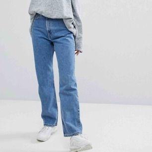 Säljer dessa super fina jeans från weekday i modellen Row! Fick dessa i present men de var alldeles för stora :/ Endast använda en gång💛 Nypris 500kr