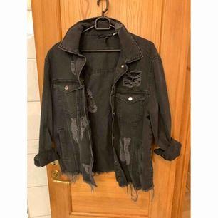 Svart jeans jacka aldrig använd ✨  Katt finns i hemmet 🐈 Köparen betalar frakt 📮
