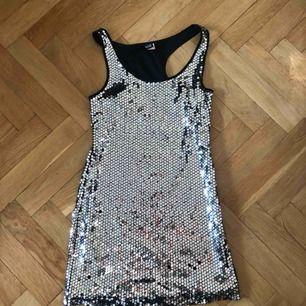 Silvrig paljettklänning från H&M, stl 34 eller xs