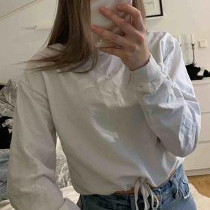 En vit sweatshirt från Nelly. Bra skick, storlek S. Använd ett fåtal gånger. Säljer för 100kr + frakt