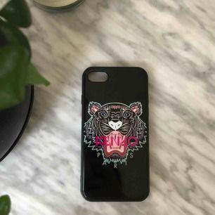 iPhone 8 skal som också passar 7,6 i från kenzo, använt men inga skador