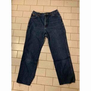 Jätte fina jeans ifrån Wrangler, dom är knappt använda av mig ✨  Katt finns i hemmet 🐈  Köparen betalar frakt 📮