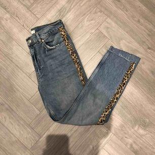 Jeans från Gina Tricot med leostripe. Storlek 36.