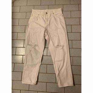 Vita Taiki jeans den Monki, aldrig använda ✨  Katt finns i hemmet🐈  Köparen betalar frakt 📮