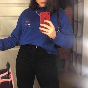 INTRESSEKOLL- så skön sweatshirt i kobolt blått från Axel Arigato!! Använd fåtal gånger och är i nyskick💕 Strl Xs i herr storlek, så den är en S/M i storlek men man kan stoppa in den snyggt och den är annars snyggt oversized💗 Nypris: 1499 kr