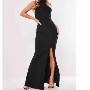 Säljer denna sjukt snygga klänning. Har den i storlek XS, S & M. Men endast XS som är använd vid ett tillfälle.