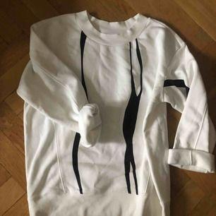 Vit sweatshirt från Weekday, aldrig använd. Baksidan är helvit.