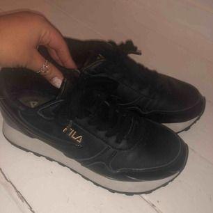 Knappt använda Fila skor i storlek 38, skit coola🥰