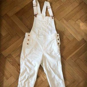 Vita hellånga hängselbyxor från H&M. Fint skick!