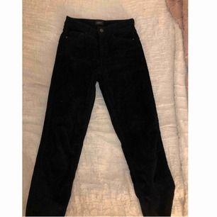 Super snygga svarta jeans i ribbat material och straight fit. Använda fåtal gånger och är i nyskick. Jeansen är i storlek 36 men skulle säga att de passar en 34 också. I priset ingår frakt!