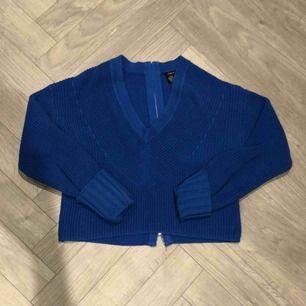 Croppad tröja med dragkedja i ryggen i en sjukt snygg blå färg💙
