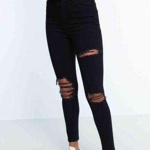 Svarta Jeans med hål från Gina Tricot från deras TALL-serie. Alltså en längre modell. Använde vid ett tillfälle.