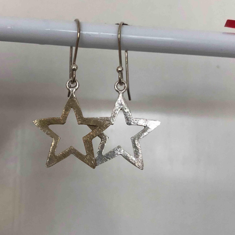 Silver örhängen som blivit lite guldiga på visa delar! Frakt 11kr. Accessoarer.