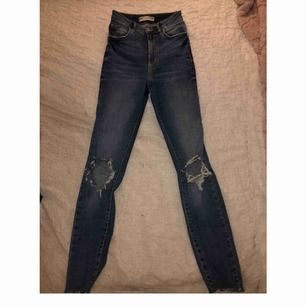 Super snygga jeans från Gina. Ser väldigt långa ut på bilden men passar typ mig som är 157 cm, lite långa för mig. Jeansen är i storlek 34 men passar även 36 då de är väldigt stretchiga. Är i helt nyskick. I priset ingår frakten!
