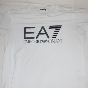 En vit EA7 tshirt i storlek S , 4/5 i skick😊