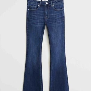 Säljer dessa snygga jeans från Mango!! Köpte för ca 2 månader sen. Perfekt längd på mig som är 170cm. För egna bilder hör av er!! 💕💕