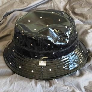 Jättesnygg och unik buckethat. Jag har endast testat den så hatten är i toppskick! Men säljer för att den har tyvärr aldrig blivit använd.