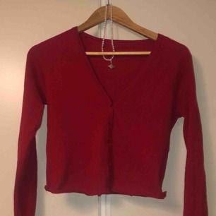 Jättesnygg och trendig kofta i färgen rött. Super bekväm och har klippt den kortare. Säljer för att jag har en till likadan 😬 För mera bilder kom privat!   Möts upp i Stockholm (helst slussen). Eller postar (44 kr frakt)