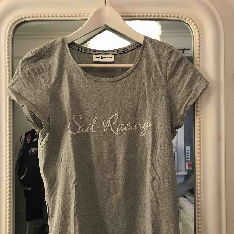 Grå Sail racing t-shirt, använd ca 2 gånger. T-shirts.