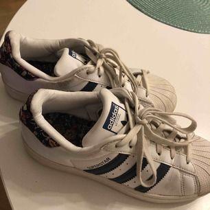 Snygga äkta Adidas superstar i vit & blå/blommig modell. Storlek 37&1/3. Budgivning och om ni är intresserade skriv på dm eller kommentera!