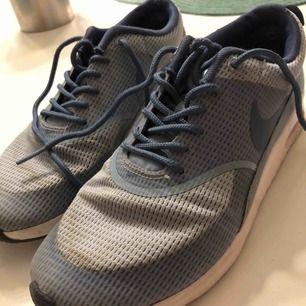 Snygga unika Nike i blå modell. Supersköna men tyvärr försmå. Storlek 38 och i bra skick! Budgivning och skriv om ni är intresserade.