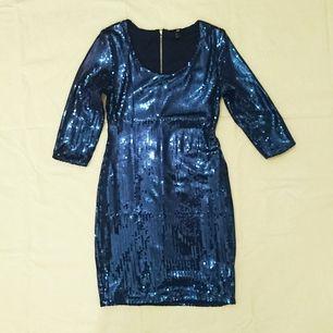 Havsblå paljettklänning med trekvartsärmar. Går ned till knäna ungefär. Frakt ingår i priset 💃