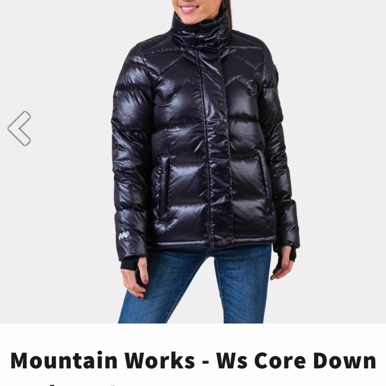 Säljer denna super fina vinterjacka från mountain works, köpt i vintras men använd 1 gång. Så fin men får inte användning för den! . Jackor.