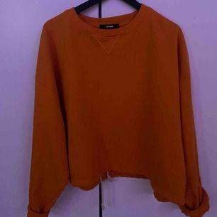En sweatshirt från bik bok i en jätte fin orange färg