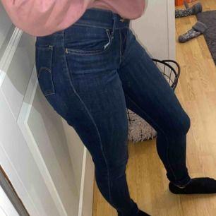 Säljer mina Levis jeans i storlek 25 då dom är för små för mig, Använd fåtal gånger (nyskick) nypris 999kr