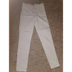 Jag säljer mina vita jeans pågrund av att dom är för små för mig. Bra skick använt dom 2 gånger🙂 köparen står för frakten😁