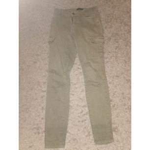 Jag säljer mina byxor pågrund av att jag inte använder som länge🙂 byxorna är i fint skick🙂 köparen står för frakten😁