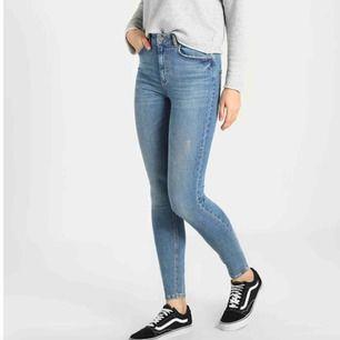 Ljusblå jeans från Pieces i storlek 34(motsvarar XS)x30. (Ordinariepris 399 kr)