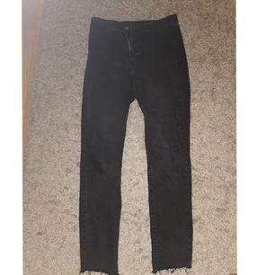 Jag säljer mina byxor för att dom är förstora för mig. Dom är i bra skick och använt dom ungefär 3 gånger