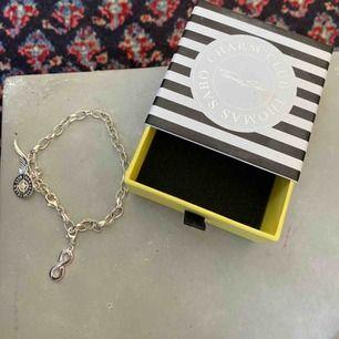 Jättefint Thomas Sabo armband i silver med två avtagbara berlocker. Armbandet är helt oanvänt och i nyskick men har valt att sälja då jag inte får användning för de. Skriv vid eventuella frågor❤️