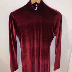Snygg vinröd klänning med turtleneck från Chiquelle i storlek M! Passar perfekt inför jultider, men även ett alternativ till sena sommarkvällar! Den är endast använd en gång och är i toppskick! (Obs kund står för frakt!!) (pris kan diskuteras i chatt)