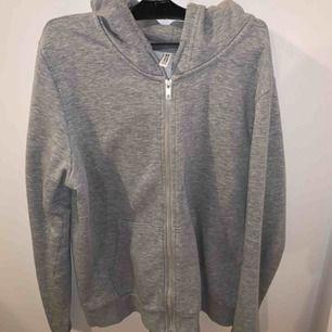 Fin basic ljusgrå kofta från H&M i storlek M. Skön, bekväm och i bra skick! (OBS kund står för frakt och pris kan diskuteras)