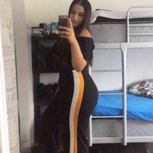 Fina somriga vida svarta byxor från med vita och gula detaljer på sidorna! Perfekt för sommaren för att få in lite färg i din outfit!! 😍 (kund står för frakten och pris kan diskuteras!!)