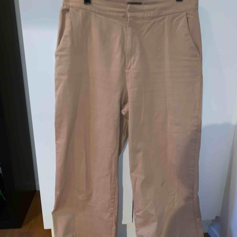 Jättefina och SKÖNA beiga kostymbyxor med dragkedja, knappar, fickor både fram och bak och i bra skick! Framhäver höfter och fin form lår och rumpa. Dem gör ut precis innan knäna (kund står för frakt och pris kan diskuteras!!) . Jeans & Byxor.