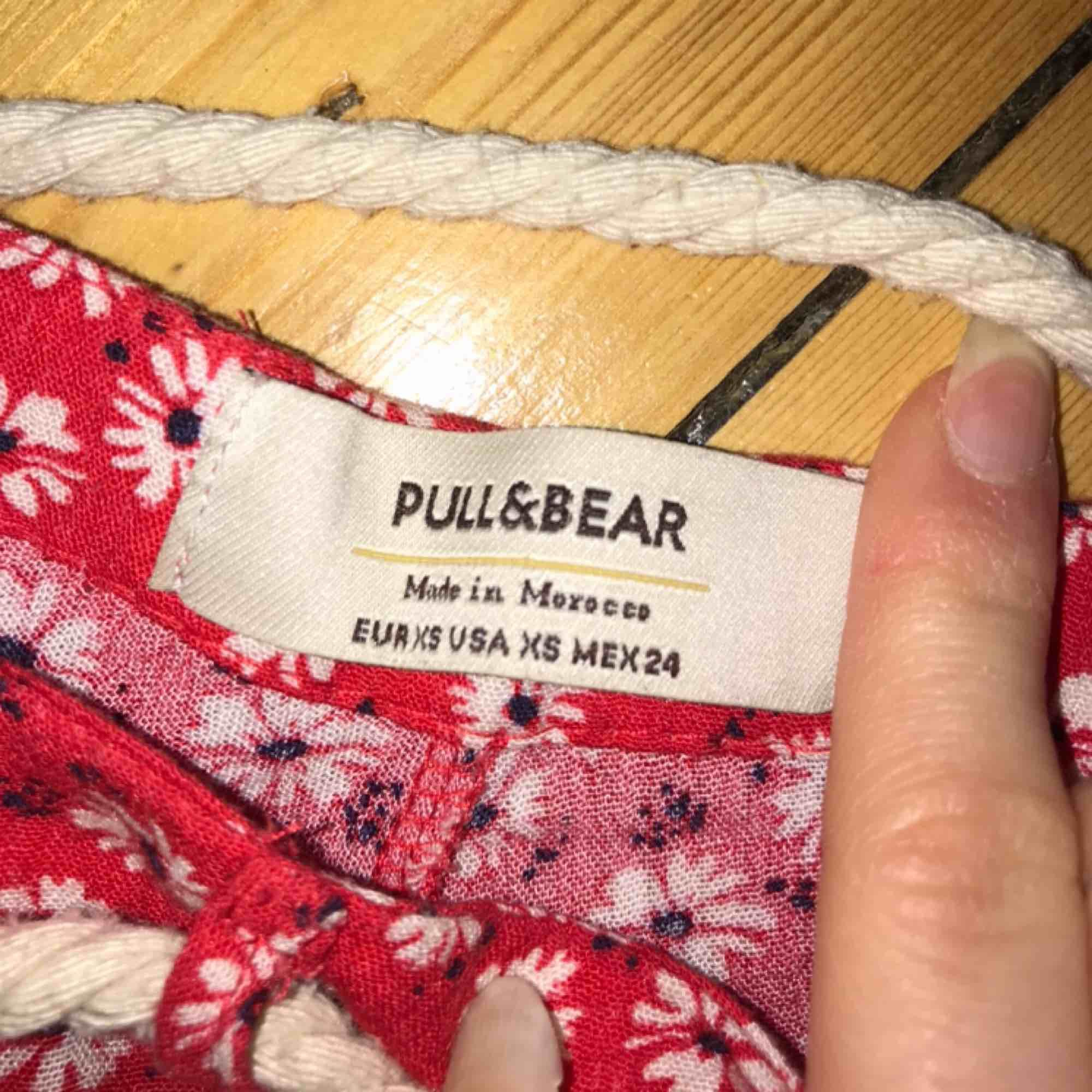 Blommiga shorts köpa i Portugal från Pull & Bear. Skärpet kan tas av ✨. Shorts.