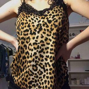 Leopardmönstrat linne från Amisu (new yorker) med justerbara band!
