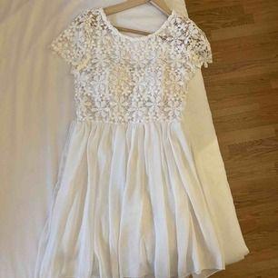 Jättefin vit klänning från dm retro! Passar utmärkt till student/skolavslutning eller liknande.  Säljer eftersom jag har en annan studentklänning och tänkte att någon annan kan få användning av denna.☺️ Fraktar!