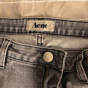 Gråa Acne studios jeans i storleken 27 som jag själv klippt nedtill.  Kontakta mig vid önskan av flera bilder då antalet är begränsad på Plick🥰