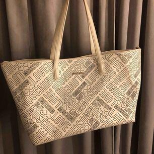 """Rymlig shoppingväska från LoveMoschino.  Bra skick, små missfärgningar på ytan samt """"missformning"""" som man på bilderna kan se"""