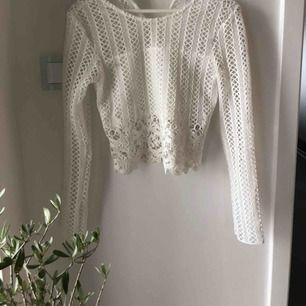 Jätte fin tröja i från Ida Sjöstedt sommar kollektion, perfekt till midsommar,skolavslutningen och andra fina tillställningar eller bara i sommar, säljer för den är för liten tyvärr, ny pris 1200kr🐚