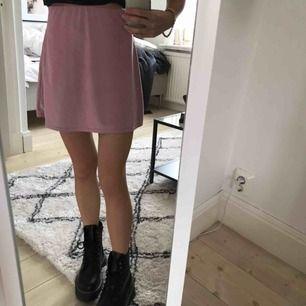 Supersöt kjol i sammet. Perfekt till sommaren! Det är en XS men stretchen gör att den även passar en S.