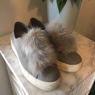 Steve madden sneakers, fluffiga bryanne i grått. Så fina, men passar tyvärr inte mig😢Använda ett fåtal gånger så i superbra skick, lite smuts på det vita som självklart tvättas bort vid köp! Storlek 38💕