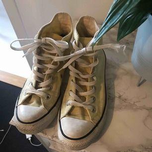 Gula converse, höga. Lite fläckar pga den ljusa färgen men fortfarande så fina och kan säkert tvättas bort! Storlek 38🌼💕